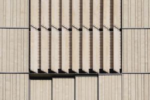 Im Bereich der Kirchenglocken sorgen vertikal angeordnete Lamellen in der Fassade für eine gelenkte Ausrichtung des Schalls