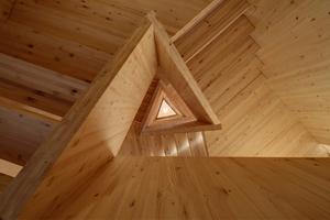 Für die Wände, Decken und Treppen wurden vorgefertigte Brettsperrholzwände aus Weißtanne verwendet