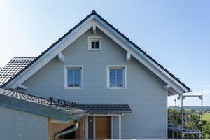 Die Giebel- und Fassadenflächen des Hauses wurden mit Faserzementpaneelen verkleidet