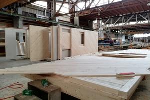 Vorfertigung der Wände für das Einfamilienhaus: Die Wände bestehen aus Holzständern, die innen und außen mit einer Diagonalschalung aus Holz versehen werden<br />