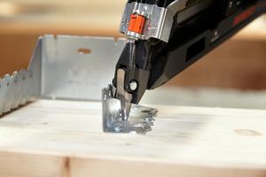 Die spezielle Nasenform des Paslode Ankernaglers PPN50Xi Lithium erleichtert auch an weniger gut einsehbaren und erreichbaren Holzverbindern das Setzen<br />