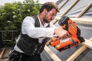 Fünf Dächer mit einer Akkuladung: Der neue Paslode Streifennagler IM90Xi Lithium ermöglicht unterbrechungsfreies Arbeiten<br />
