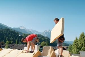 Die flexiblen Dämmstoffmatten SteicoFlex im Einsatz auf einer Dachbaustelle<br />