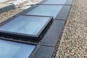 In das 45m lange Glasdach sind sechs öffenbare Fensterflügel integriert