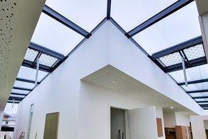Die öffenbaren Glasflügel dienen als natürliche Rauch- und Wärmeabzugsanlagen