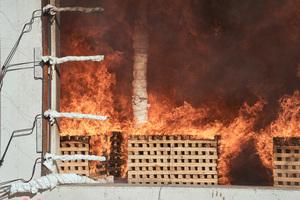 Großbrandversuch auf dem Forschungscampus Garching der TU München: Brandräume im Maßstab 1:1 in Holzbauweise wurden aufgebaut und kontrolliert in Brand gesetzt. Holzscheite in den Brandräumen simulierten dabei Einrichtungsgegenstände