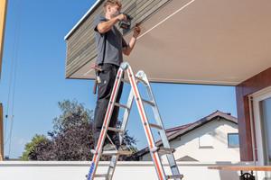 Mit einem als Zubehör erhältlichen Einhängetritt mit einer Tritttiefe von 250 mm lassen sich die Leitern nicht nur als Aufstieg, sondern auch als Arbeitsplatz nutzen