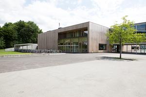 Das Mehrzweckgebäude im österreichischen Klaus wurde bis auf den Erschließungskern und die erdberührenden Bauteile als Holzbau ausgeführt
