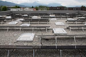 Blick auf das fertige Dach der Sporthalle. Das Dach ist auch mit einer PV-Anlage versehen