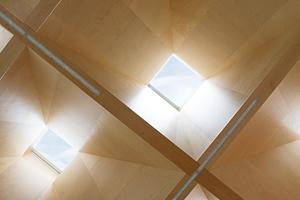 Spezielle Lichteffekte: Über die in der Neigung bewusst unterschiedlich ausgeführten, pyramidenförmigen Laibungen wird das Tageslicht in die Halle geführt
