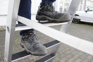 """Auf den rutschhemmenden Trittauflagen """"clip-step R13"""" auf den Leiterstufen saugt sich die Sohle der Arbeitsschuhe geradezu fest"""