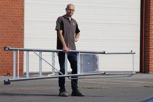Die 2,56 m lange Plattformleiter ist mit rund 12 kg vergleichsweise leicht