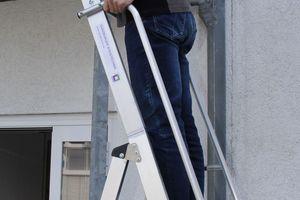 Die sechsstufige Leiter mit Arbeitsplattform bietet eine Arbeitshöhe von maximal 3,35 m