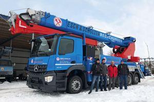 Die Mitarbeiter der Dachdeckerei Esch &amp; Scholzen vor ihrem neuen Autokran AK 52 im Winter/Frühjahr 2021<br />