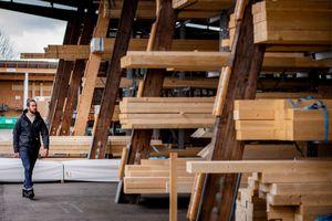 Vor allem durch den gestiegenen Export sind Engpässe bei der Verfügbarkeit vieler Holzprodukte entstanden