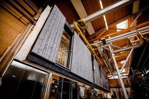 Holz kann in allen Gebäudeklassen zum Einsatz kommen, im Wohnungsbau genauso wie bei modernen Hochhäusern und komplexen Gebäuden. Der hohe Vorfertigungsgrad von Holzbauelementen spart viel Zeit auf der Baustelle<br /> <br />