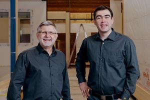 Dieter Zinkand (links) ist für die Leitung der Modulbau-Produktion im neuen Montagewerk in Großenlüder verantwortlich. Alexander Holl (rechts) verantwortet den Verkauf und die Projektentwicklung von Holz(modul)bauprojekten<br />
