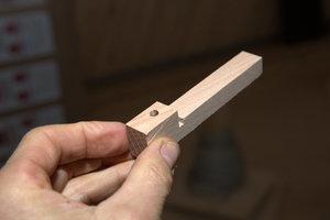 Werkstoff-Alternativen zur Vermeidung von Kunststoff: Mit dieser Holz-Halterung werden Elektrokabel in der Unterkonstruktion fixiert