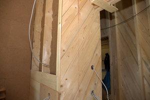 """Wandaufbau im Innern: Holzfaserdämmung kombiniert mit """"Jasmin""""-Dämmung sorgt für Schallschutz. Die Diagonalschalung gibt Stabilität, darauf werden die Lehmbauplatten montiert"""