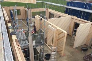 Aufrichten: Auf den betonierten Keller werden die ersten Holzwände gesetzt<br />