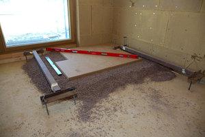 Fußbodenaufbau mit Cemwood-Holzspäne-Zement-Schüttung. Hohe Masse = hoher Schallschutz