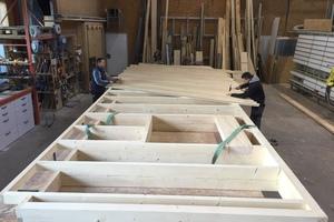 Vorfertigung in der Werkstatt der 8Haus GmbH in Eichstegen, Aufnageln der Diagonalschalung