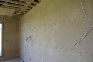 Die Lehmbauplatten werden später mit einem Lehmputz, zum Teil pigmentiert als Oberputz, vollendet
