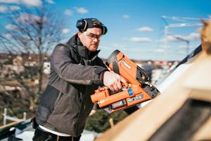 """Zimmerer Max May vom ZEP-Team montiert Dachlatten mit dem Streifennagler """"IM90Xi Lithium""""<br />"""