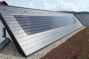 Schiefer-Systemdeckung mit dachintegrierten Solarmodulen auf einem Einfamilienhaus in Fulda