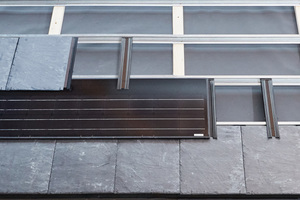 """<irspacing style=""""letter-spacing: -0.01em;"""">Die Schiefersteine und die Solarmodule werden auf einer Unterkonstruktion aus Metallprofilen und wasserführenden Verbindern verlegt</irspacing>"""