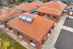 Auf den Dächern der Kita St. Konrad in Neuss wurden Klinkersteine verlegt und insgesamt fünf Glasdach-elemente eingebaut