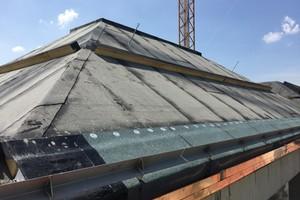 Über den Bitumenbahnen montierten die Dachdecker PU-Dämmstoffbohlen zur Schubsicherung der Dämmplatten
