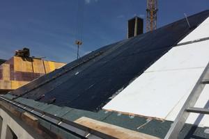 Die Stahlbetondächer erhielten einen Bitumenvoranstrich. Darüber verlegten die Dachdecker Dampfsperrbahnen (Bitumenbahnen)<br />