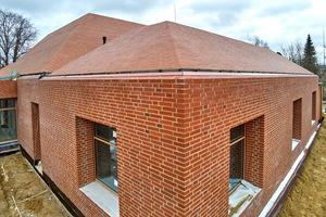 Die Dachentwässerung verläuft über innenliegende, verdeckte Rinnen und eine Entwässerungsebene unterhalb der Klinkersteine