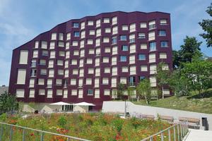 In Zürich entstand 2019 das neue Alterszentrum Trotte. Die Fassade ist mit bordeauxroten Keramikplatten verkleidet