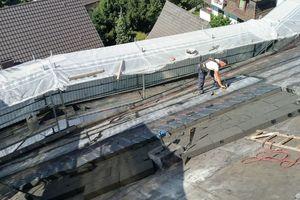 Das Dach wurde mit Schaumglas-Dämmplatten gedämmt und anschließend zweilagig mit Bitumenbahnen abgedichtet