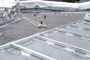 Darüber wurde eine Unterkonstruktion für die Dacheindeckung erstellt. Die Winkel für die Unterkonstruktion wurden durch die Bitumenbahnen hindurch verschraubt