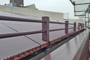 Abschluss an der Traufe, die roten Keramikplatten sind auf dem Dach verlegt