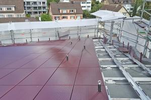 Auf der Aluminium-Unterkonstruktion verlegten die Dachhandwerker die roten Keramikplatten