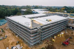 Der Neubau der DFB-Zentrale in Frankfurt: Im Vordergrund wird das Dach gedämmt und mit Aluminiumblechen verkleidet