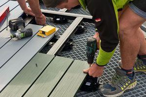 Die Mitarbeiter von Holzbau Fichtner waren etwa ein Jahr mit der Verlegung sämtlicher Terrassendielen beschäftigt<br />
