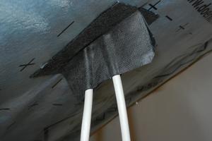Kabeleindichtung mit zwei L-förmig gegeneinander angesetzten Klebebändern