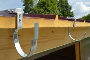 Mit den beiliegenden Schrauben werden die Rinnenhaken lotrecht an den Obergurthaltern befestigt<br />