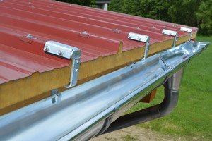 Das Rinnenhaken-Set besteht aus passend gekanteten Rinnenhaken und Obergurthaltern und wird projektbezogen zusammengestellt