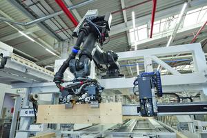 Der von Weinmann in die Riegelwerkstation integrierte Roboter legt die Stiele vollautomatisch ein
