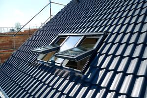 """Zwei bewegliche Fensterflügel außen und ein fester Flügel in der Mitte bilden die """"Lichtlösung 3 in 1"""" von Velux"""