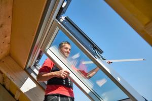 Die ausgehängten äußeren Fensterflügel erlauben bequemes Arbeiten, hier bei der Montage der Blendrahmen-Abdeckbleche