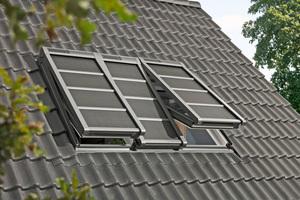 Ab Mai 2021 bietet Velux solarbetriebene Hitzeschutz-Markisen für das 3-in-1-Fensterelement an, hier in der verdunkelnden Variante