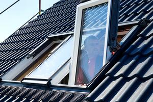 Mit dem Anarbeiten der Dachdeckung und Einhängen der Fensterflügel ist die Montage auf der Außenseite beendet