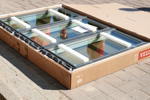 """Die Velux """"Lichtlösung 3 in 1"""" bei der Anlieferung: Eindeckrahmen und Anschlussprodukte werden in einem separaten Karton geliefert"""